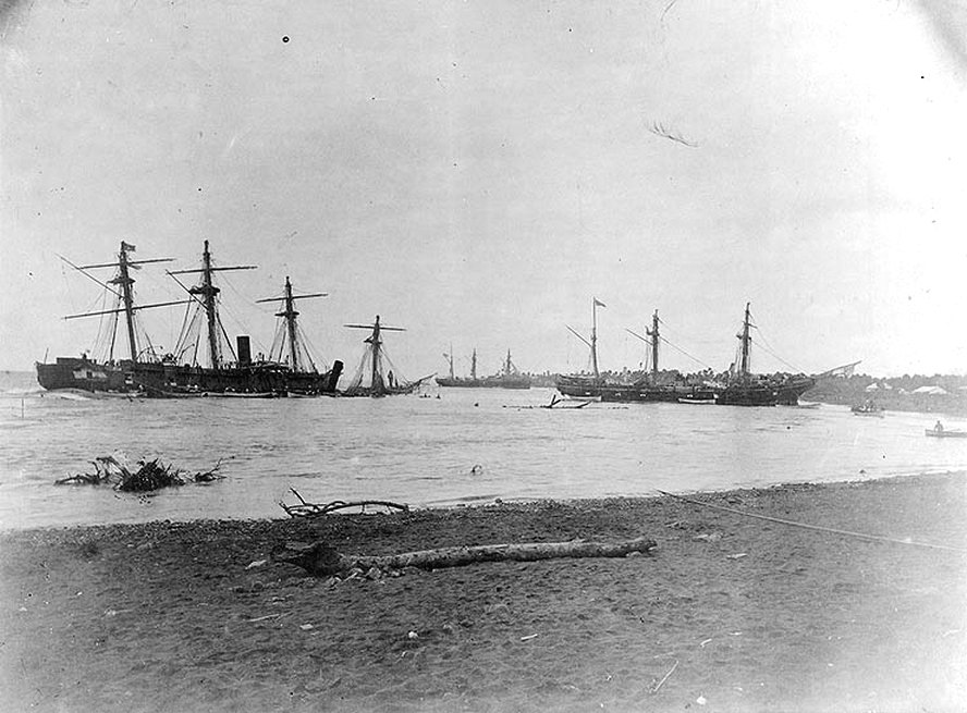 Az apiai roncstemető. Legelöl, balra a part mellett, egy elsüllyedt tehervitorlás néhány darabja. Mögötte bal oldalon az elsüllyedt Vandalia, és a  Trenton, jobbra a partra futtatott Nipsic. Középen hátul a zátonyra futott Olga.