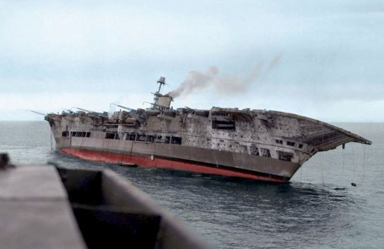 A torpedótalálat után oldalára dőlt anyahajó.