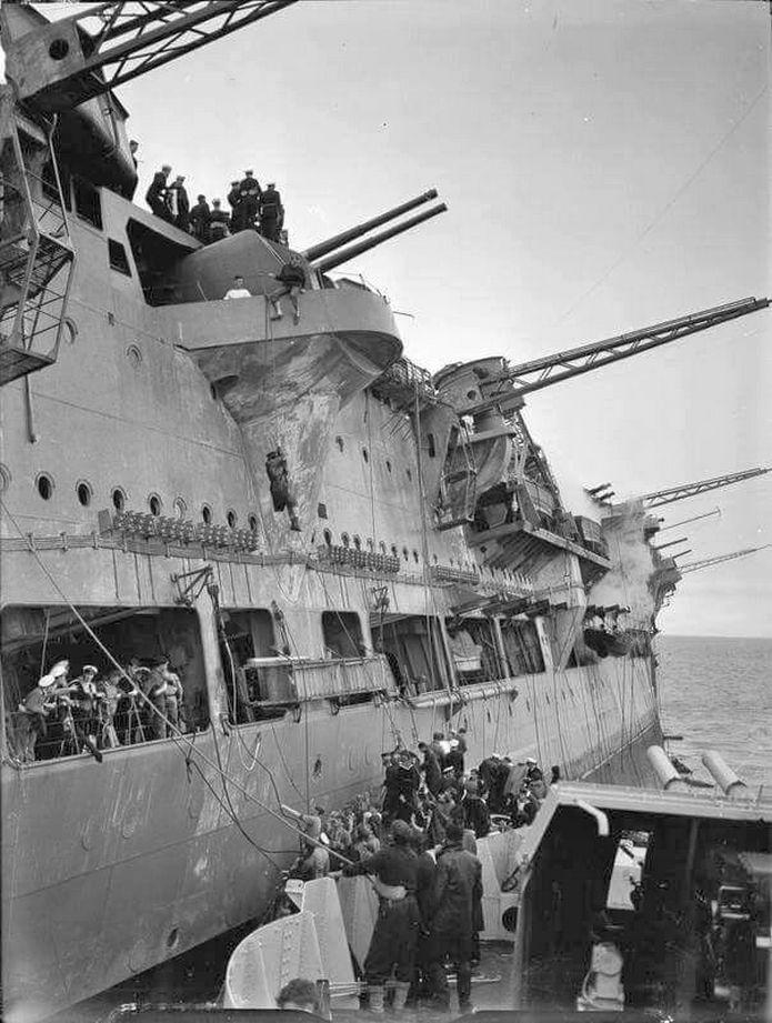 A megdőlt anyahajó, és legénységet mentő Legion romboló.