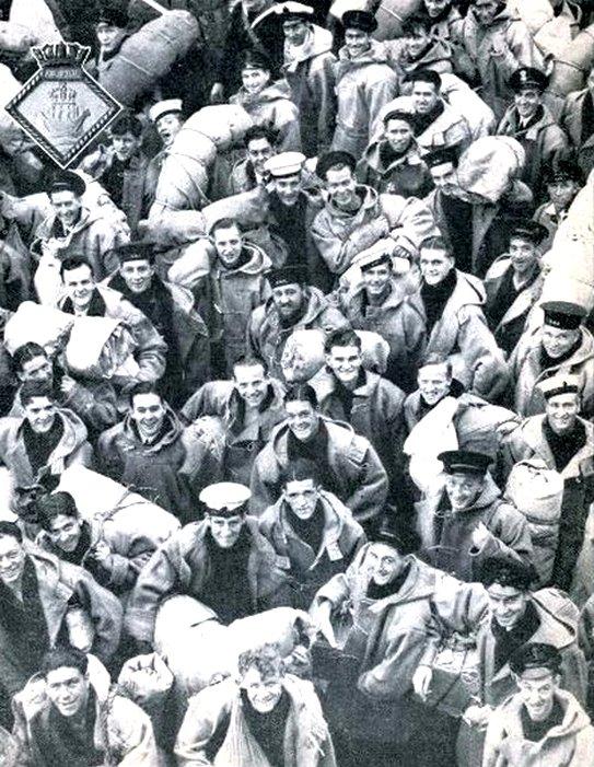 Az elsüllyedt anyahajó Gibraltárba visszatérő tengerészei.