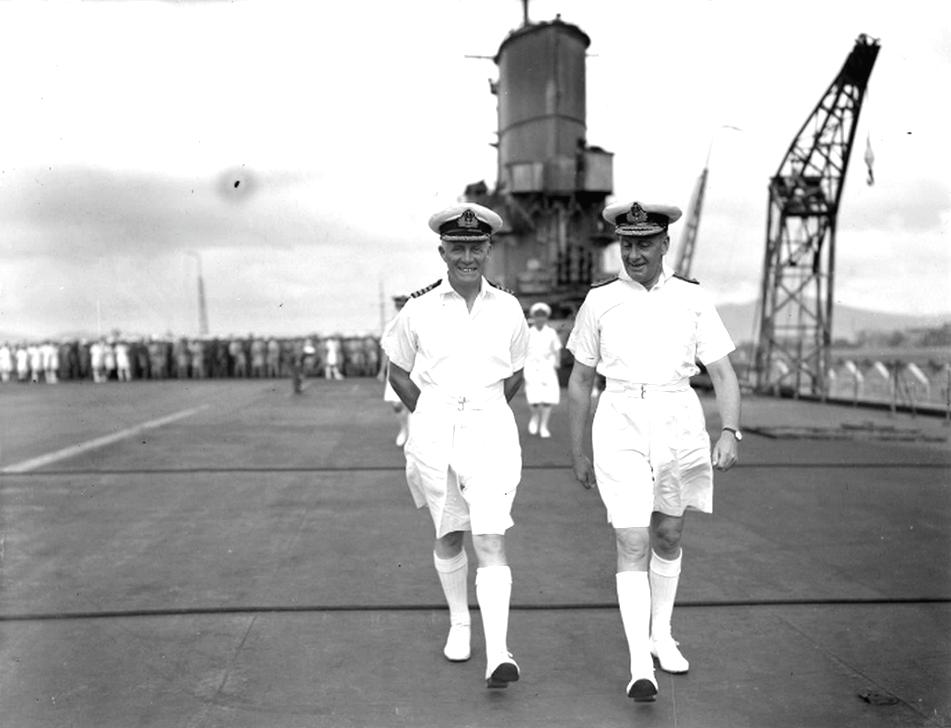 Loben Maund, az Ark Royal parancsnoka – balról –, és Somerville tengernagy az anyahajó fedélzetén.