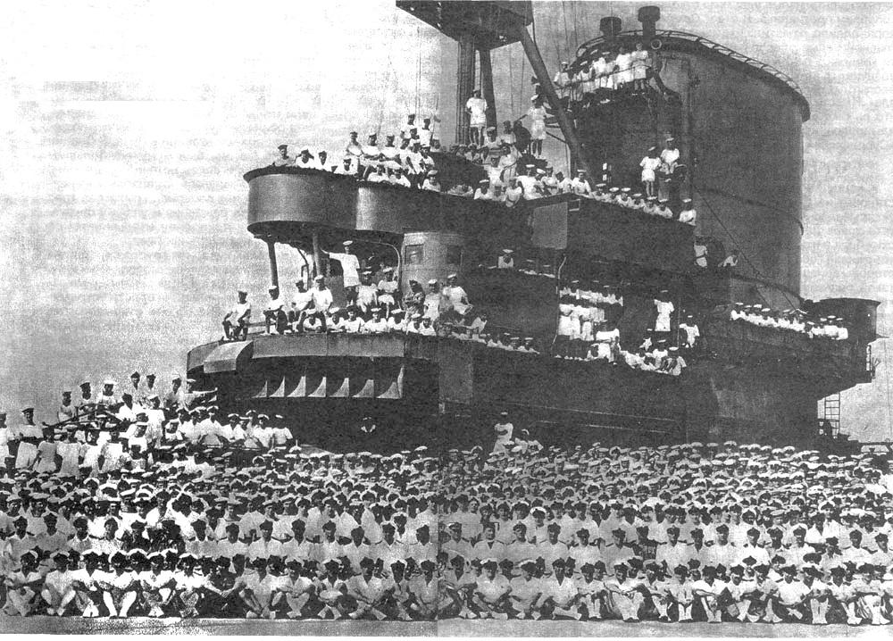Az Ark Royal legénysége.