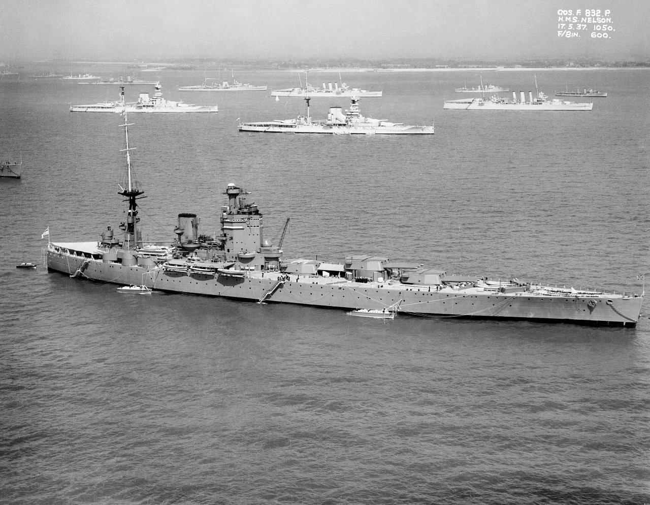 A Nelson csatahajó, egy háború előtti flottaszemlén.