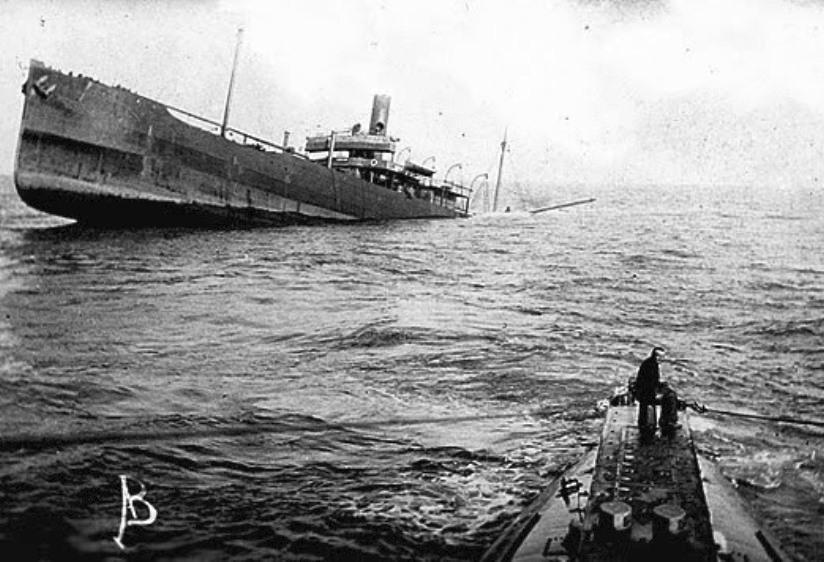 Süllyedő teherhajó, egy U-Boat parancsnoki tornyából fényképezve.