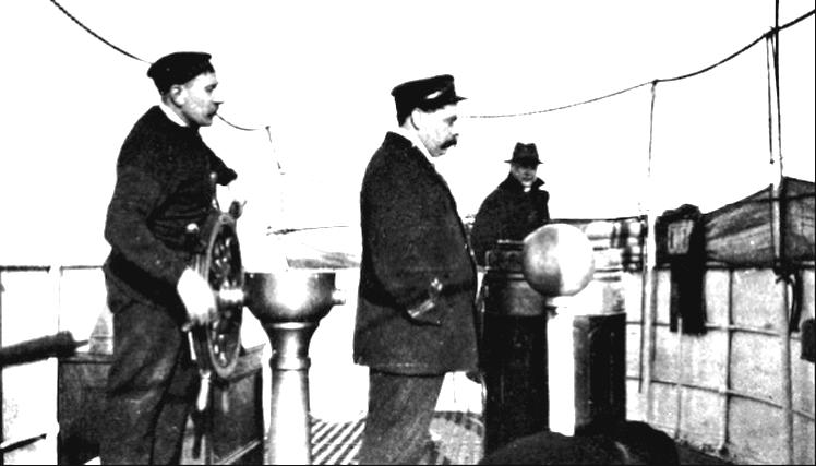 Fő az álcázás. Herbert kapitány civil ruhában a parancsnoki híd bal szélén, a kormány előtt a kereskedelmi flotta egyik tisztje. A kép még az Antwerp-en készült.