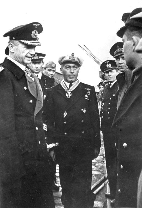 Dönitz és Grossi a Lovagkereszt átadásán.