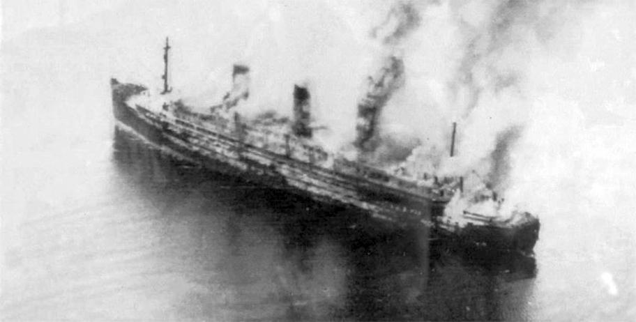 Az égő Cap Arcona az első támadás után.
