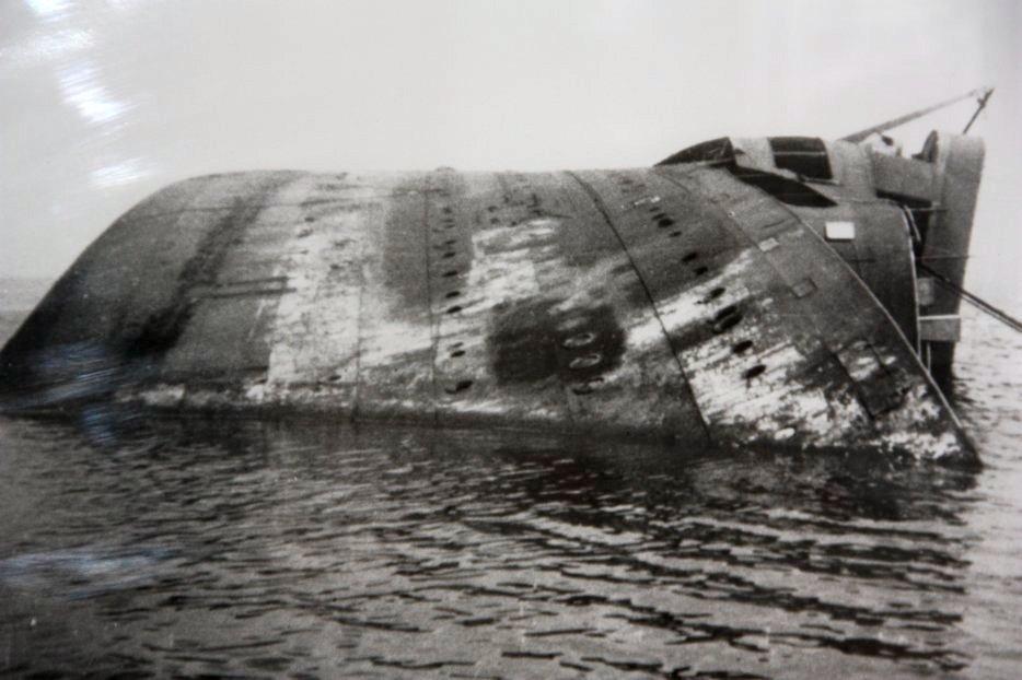 A Cap Arcona felborult roncsa.