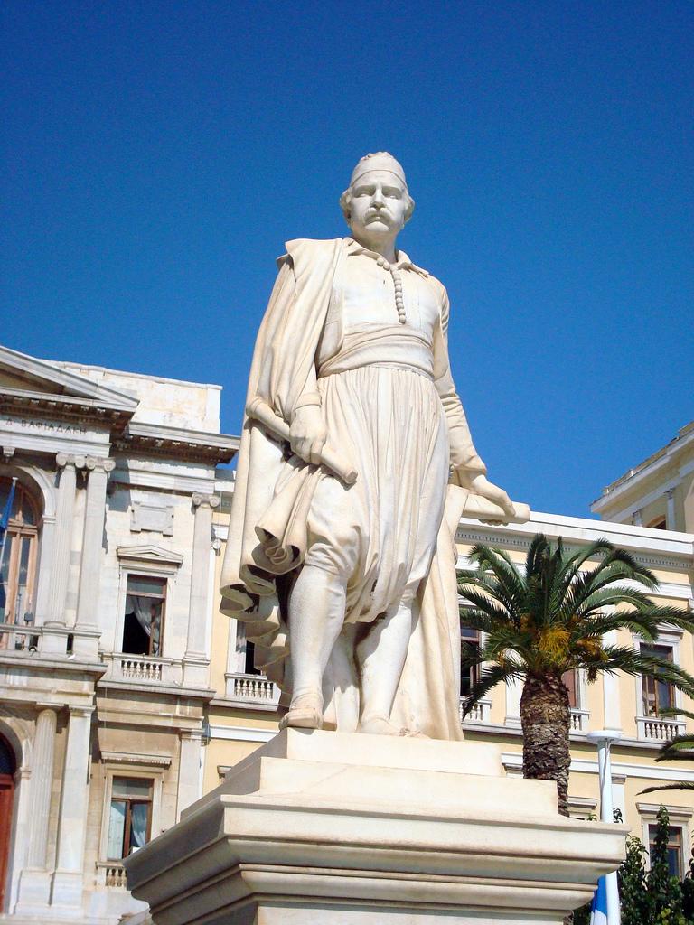 Miaoulis emlékmű Hermoupolisban, Syros szigetén.