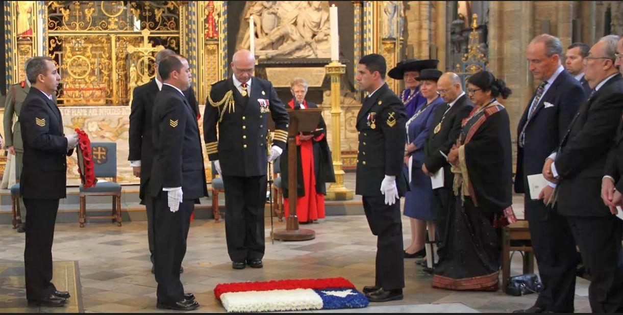 Chilei delegáció Cochrane sírjánál, egy 2018-ban tartott megemlékezésen.