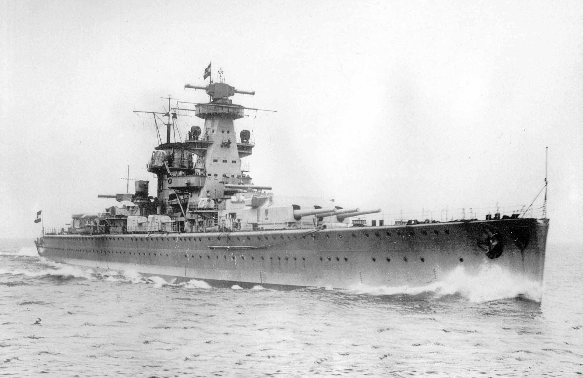 Az Admiral Scheer, még a háború előtt, az eredeti felépítménnyel.