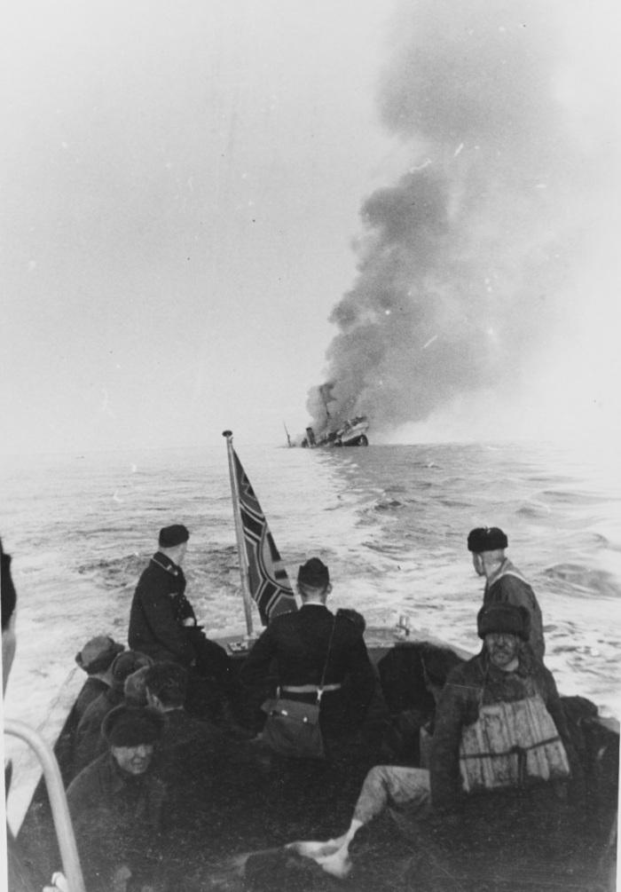 A süllyedő Szibirjakov, a hajótörötteket kimentő német motorcsónakból filmezve.