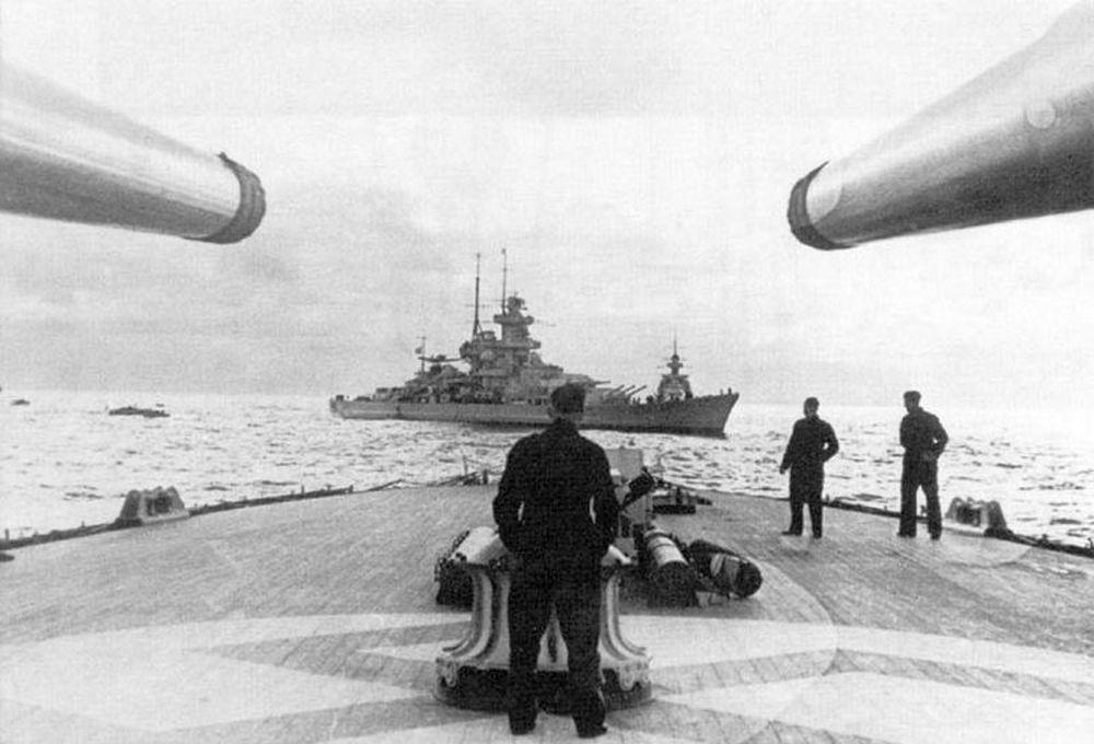 A haditanács idején a nyílt tengeren álló hajók. A Hipper mögött a Gneisenau, hátul a Scharnhorst.