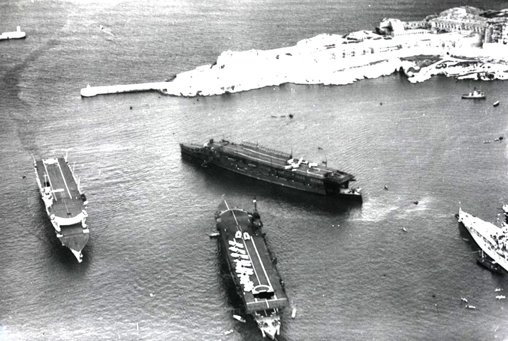 A három Courageous osztályú anyahajó a háború előtt Máltán, La Valletta kikötőjében.