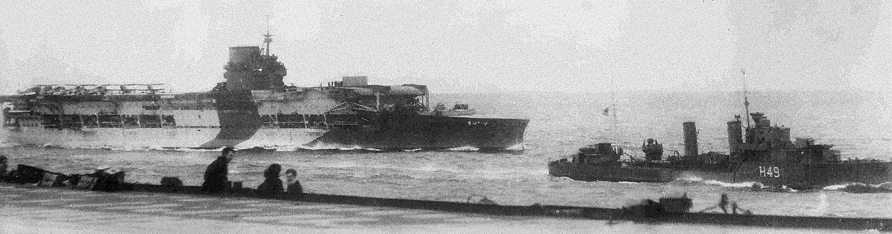 Az Ark Royalról készült utolsó felvétel a Gloriousról. Elöl jobbra a Diana romboló.