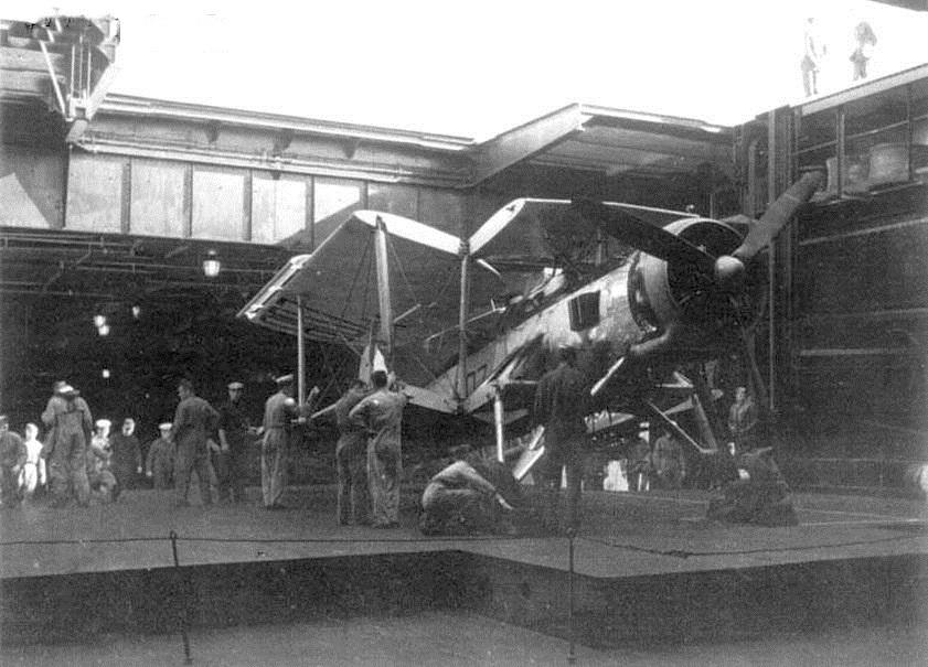 A Glorious egyik nagy méretű, a RAF gépeinek mozgatására is megfelelő felvonója.