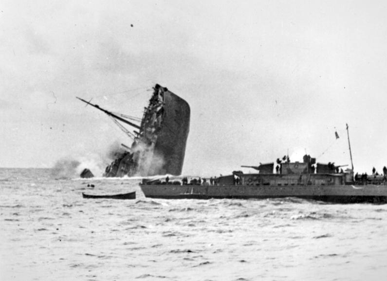 A süllyedő Orama. Az előtérben a hajótörötteket mentő Hans Lody romboló.