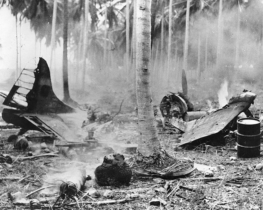 Kiégett gépek roncsai Henderson Field-en, az október 14-ei támadás után.