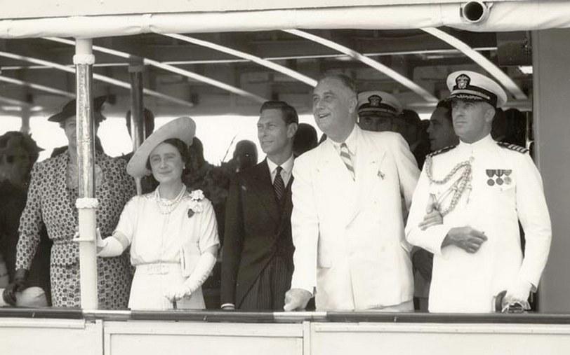 Daniel Callaghan, Roosevelt szárnysegédjeként, az elnökkel, és az angol királyi párral.