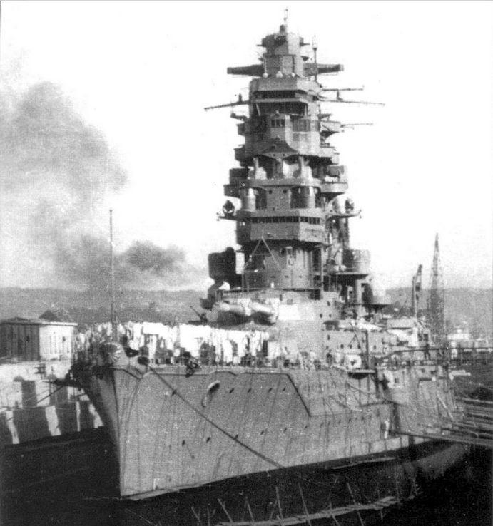 A Hiei szárazdokkban, 1941 novemberében, a Pearl Harbori támadásra való felkészülés közben.
