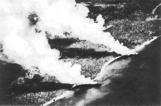 Az amerikai légierő által megrongált, partra futtatott, égő japán teherhajók Guadalcanal partjainál.