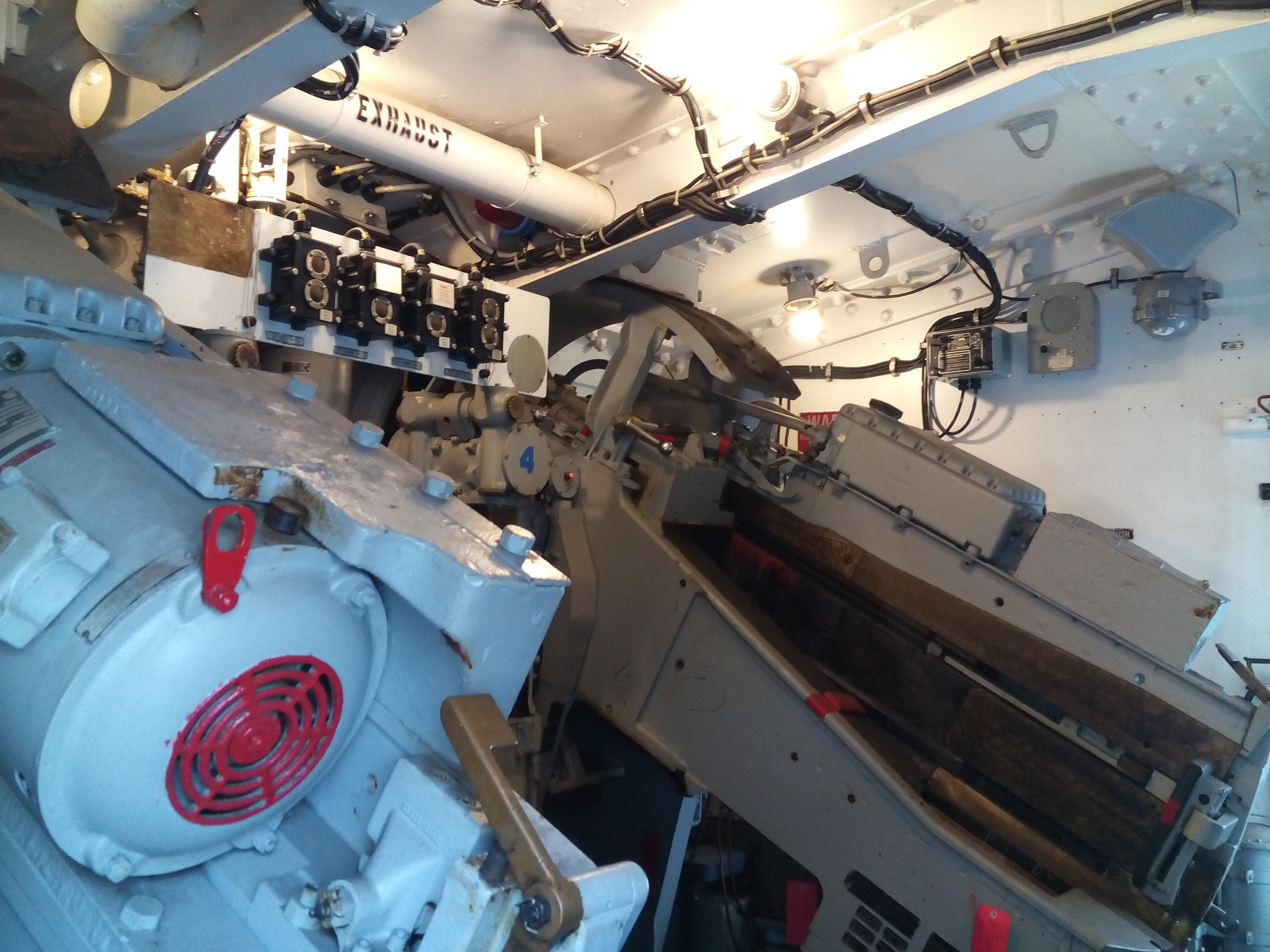 Az egyik 127 mm-es lövegtorony belseje.