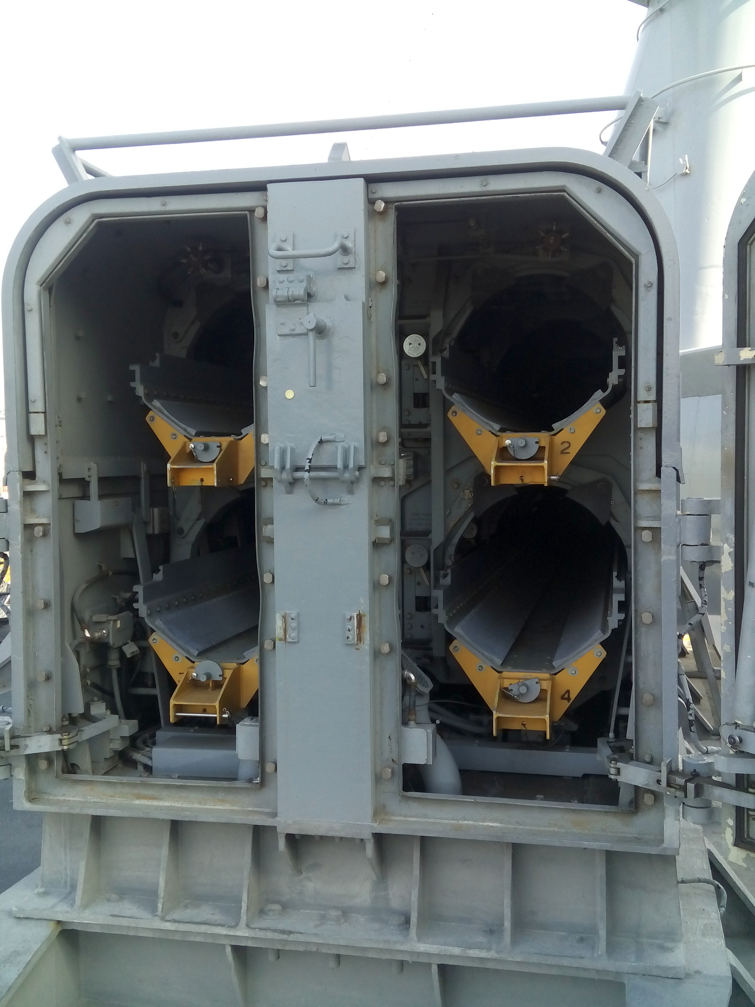 A Tomahawk robotrepülőgépek egyik nyitott indítókonténere.