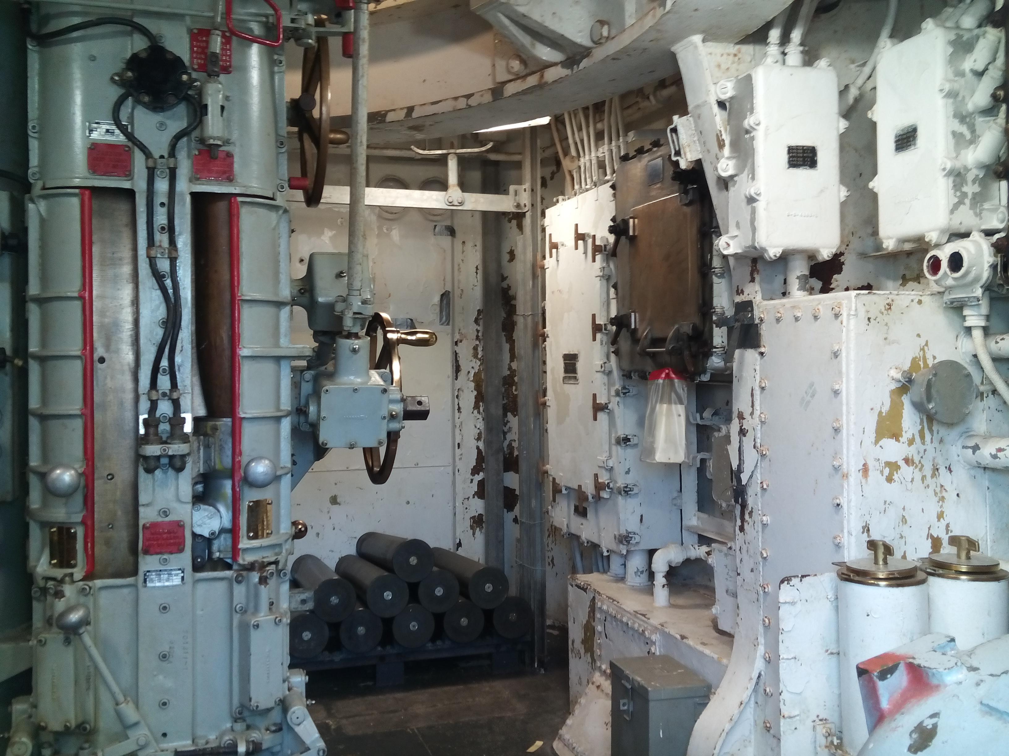 És a torony alatti lőszerkezelő helyiség.