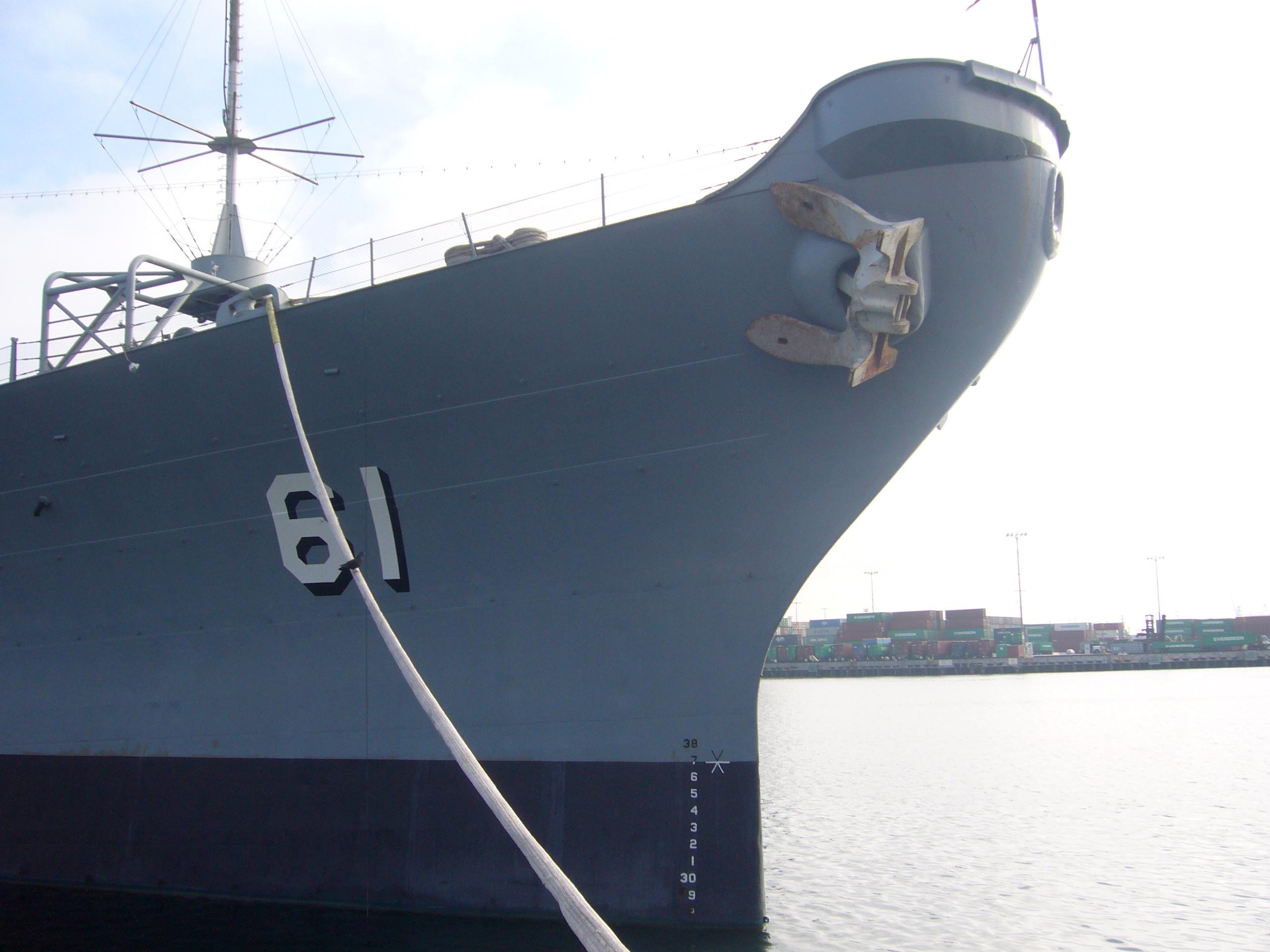A hajó kackiásan előremeredő orra.
