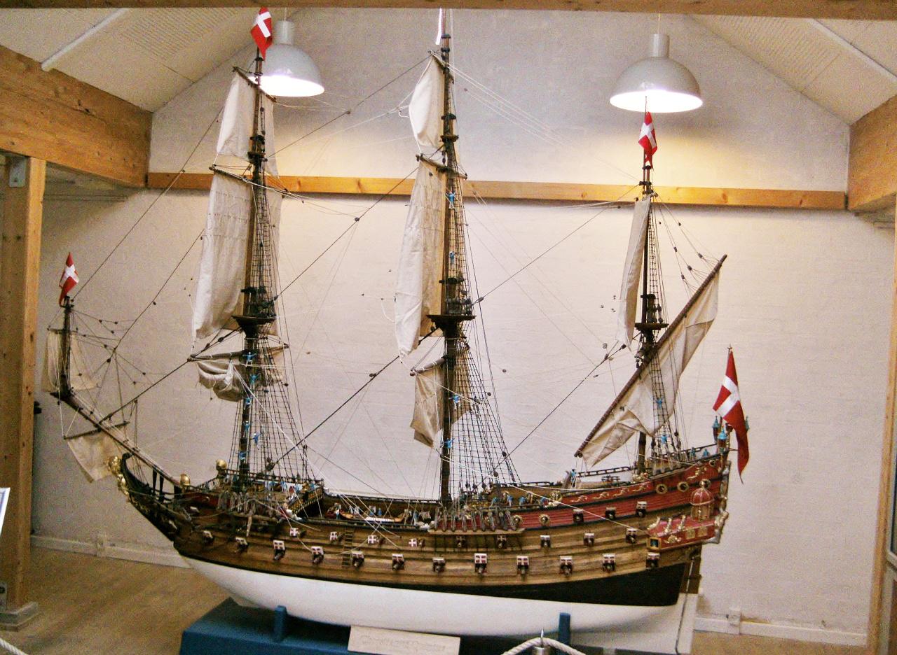 A dán zászlóshajó, a Christianus Quintus modellje.