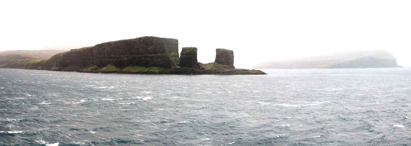 A Kerguelen-szigetek ködbe burkolózó partjai.