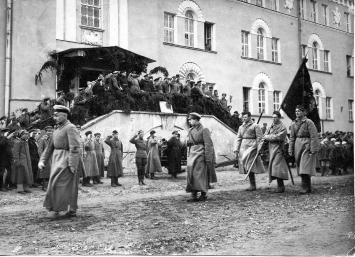 Dísszemle Kronstadban a lázadás leverése után.