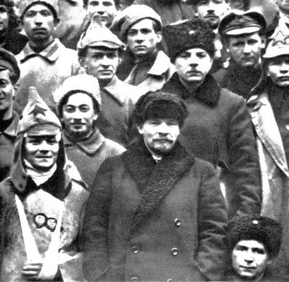 """Vlagyimir Iljics, és mögötte Vorosilov, a """"kronstadti hősök"""" egy csoportjával."""