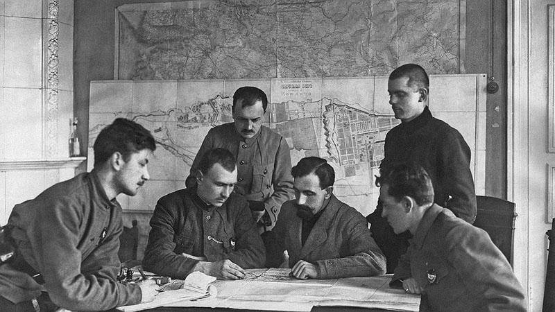 A bolsevik csapatok vezetése a támadás tervein dolgozik.