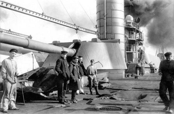 A Petropavlovszk fedélzete, a lázadás leverése után. A fedélzeten láthatók a bombatámadások okozta sérülések.