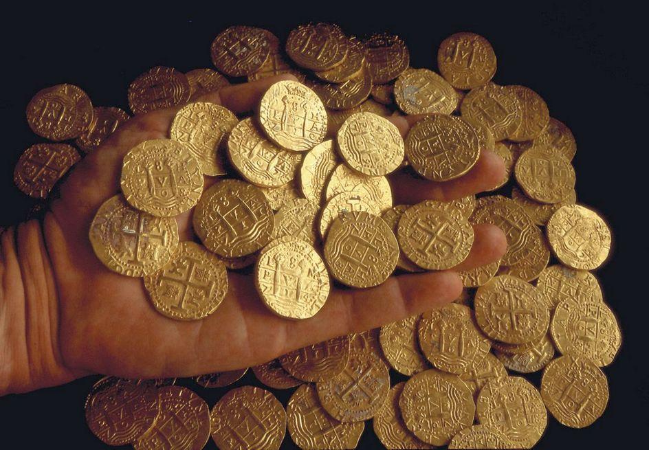 A roncsokból kiemelt aranypénzek.