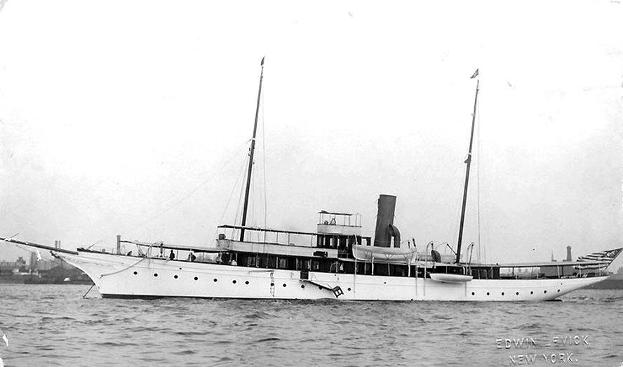A Margaret fénykorában, a rá jellemző helyzetben, horgonyon állva egy kikötőben.