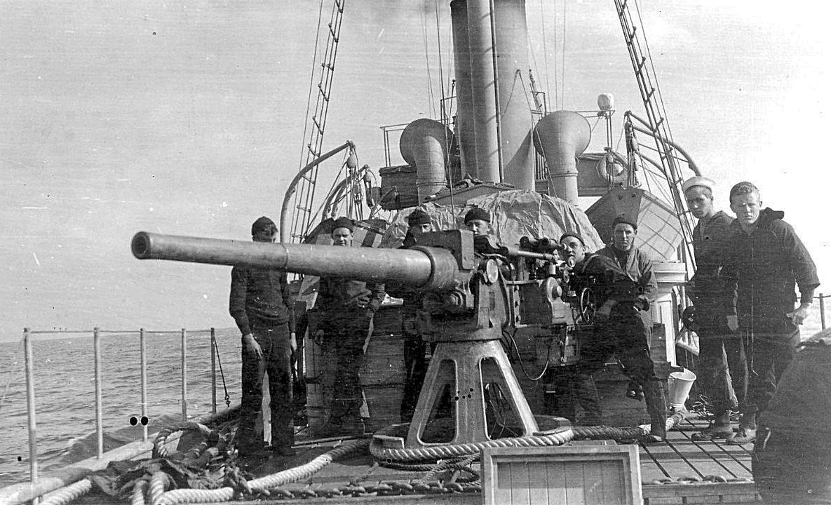 A hátsó 76 mm-es ágyú. Használhatatlan volt, de legalább a tüzérek igyekeztek marcona képet vágni, hogy megijesszék a németeket.