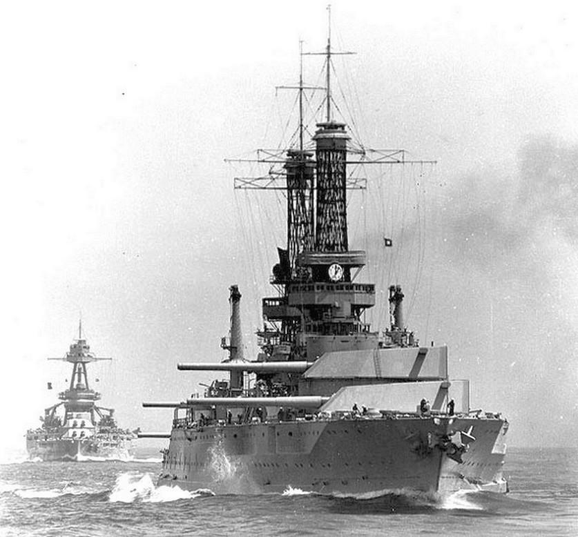 Az US Navy csatahajói. Elöl az Idaho, mögötte a Texas.