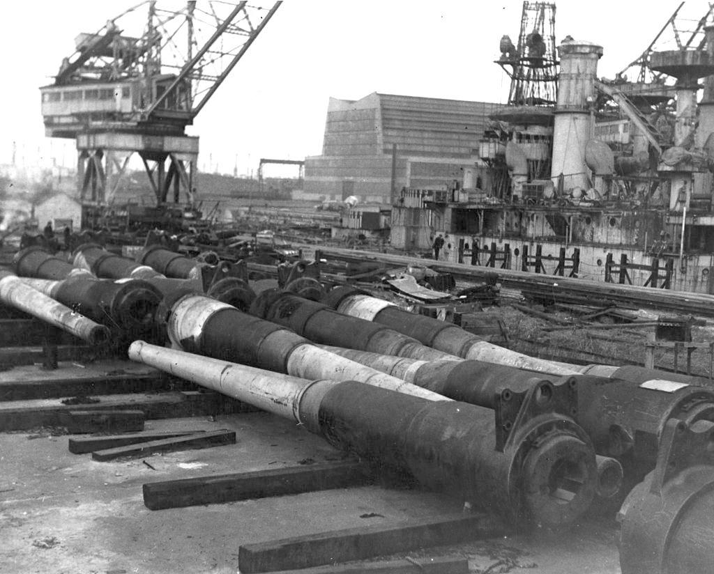 A lebontásra ítélt amerikai csatahajókról leszerelt 305 mm-es ágyúk.