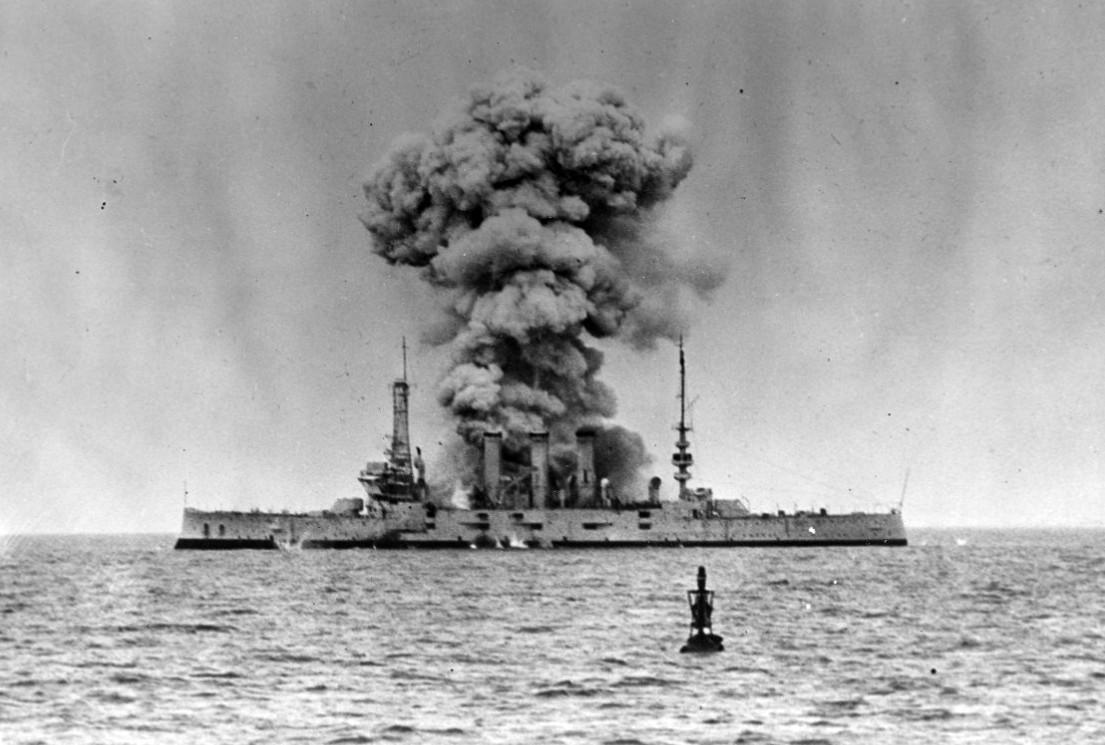 A légierő gépei a leselejtezett Pittsburgh páncéloscirkálót bombázzák egy hadgyakorlaton.