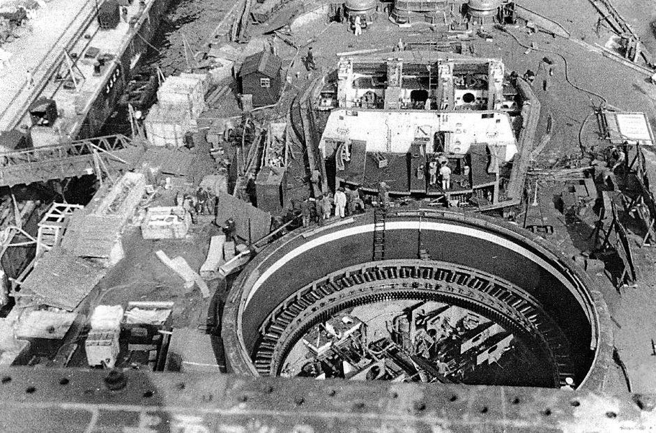Jó rálátás a Yamato épülő A lövegtornyára, és a B torony barbettájának belsejébe.
