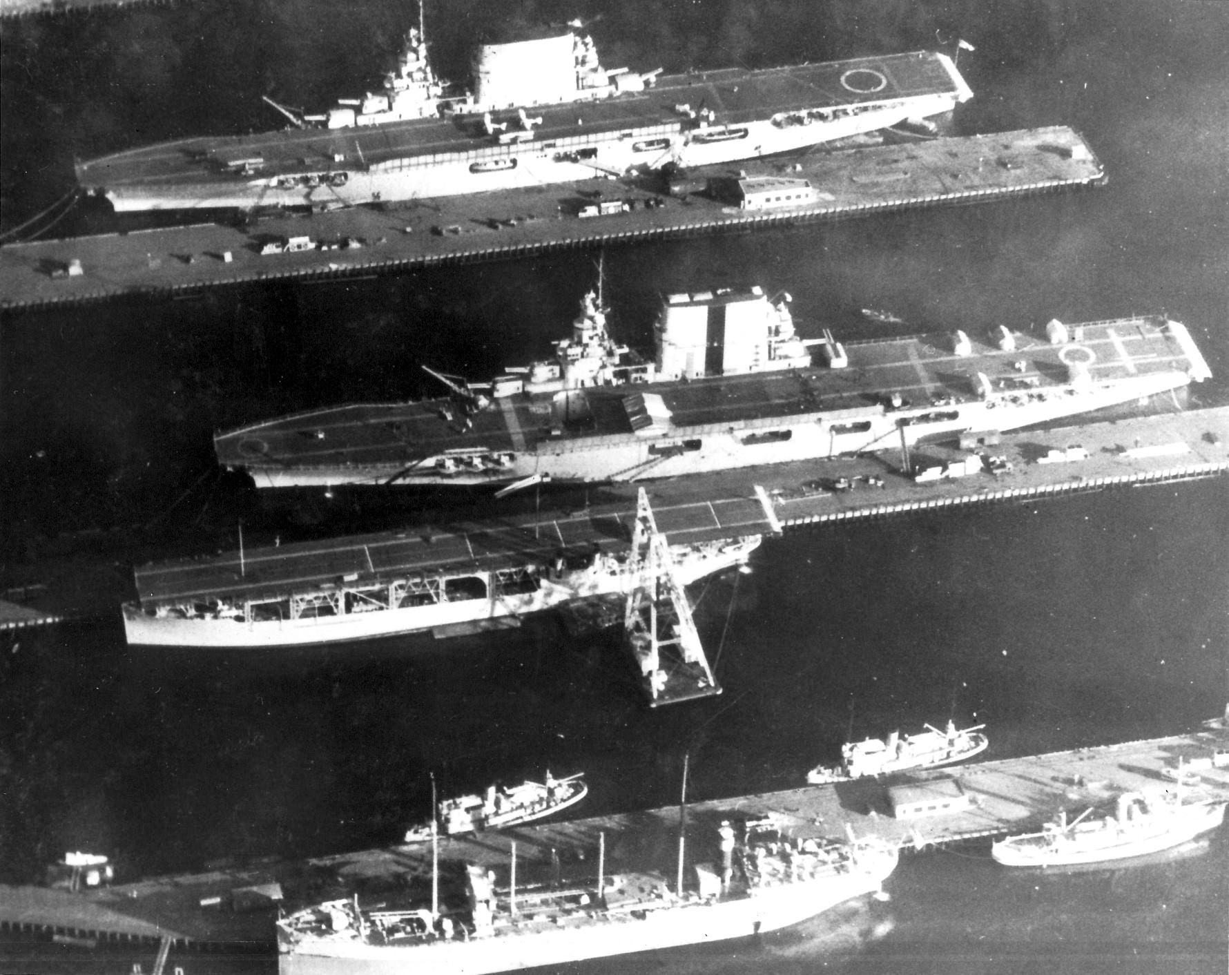A Langley, a Lexington, és a Saratoga a haditengerészet bremertoni hajógyárában, 1929-ben.