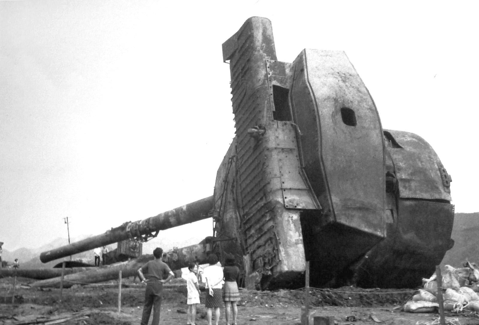A csatahajók szomorú és dicstelen vége. A lőszerrobbanás miatt elsüllyedt Mutsu egyik kiemelt, bontásra váró lövegtornya.
