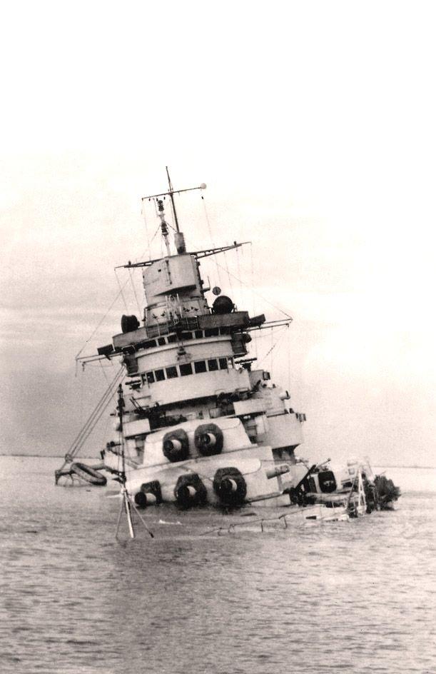 A régi csatahajók átépítésének gyakorlati haszna. A tarantói kikötőben fenékre süllyedt Conte di Cavour.