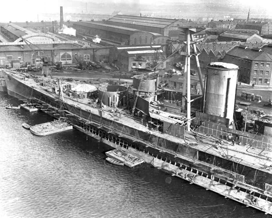 Az épülő Hood a John Brown hajógyárban.