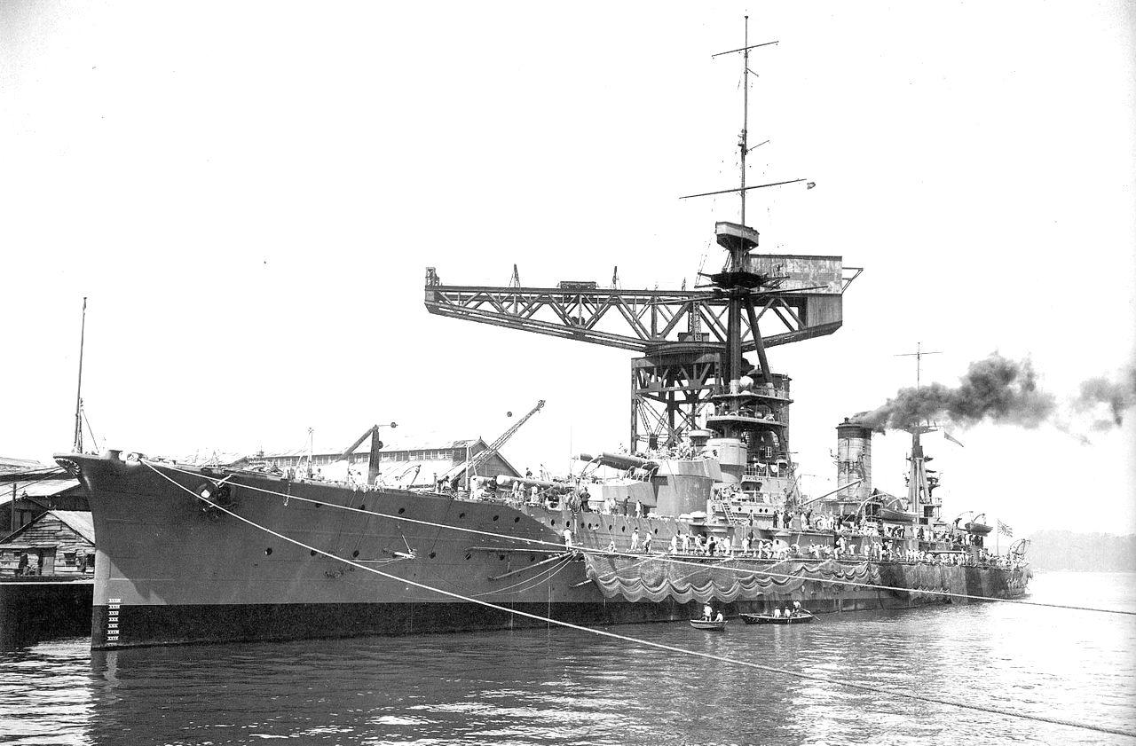 A torpedóvédő hálókat szerelik fel a Yamashiro csatahajóra.