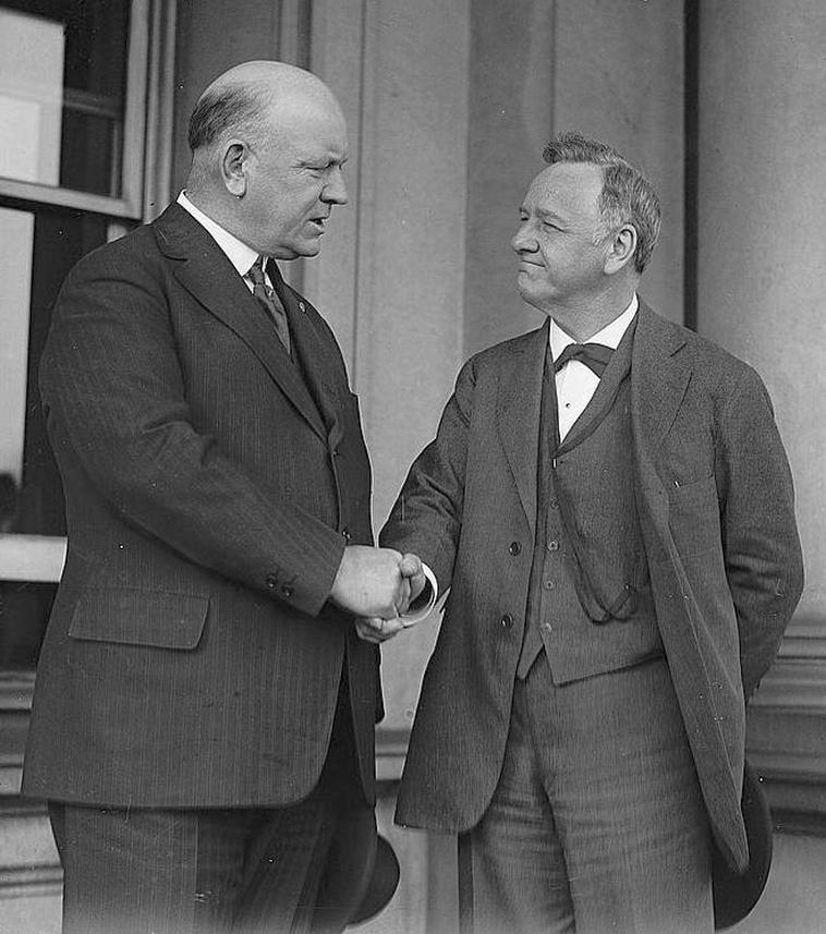 Josephus Daniels, tengerészeti államtitkár – jobbról –, és utódja, Edwin Denby.