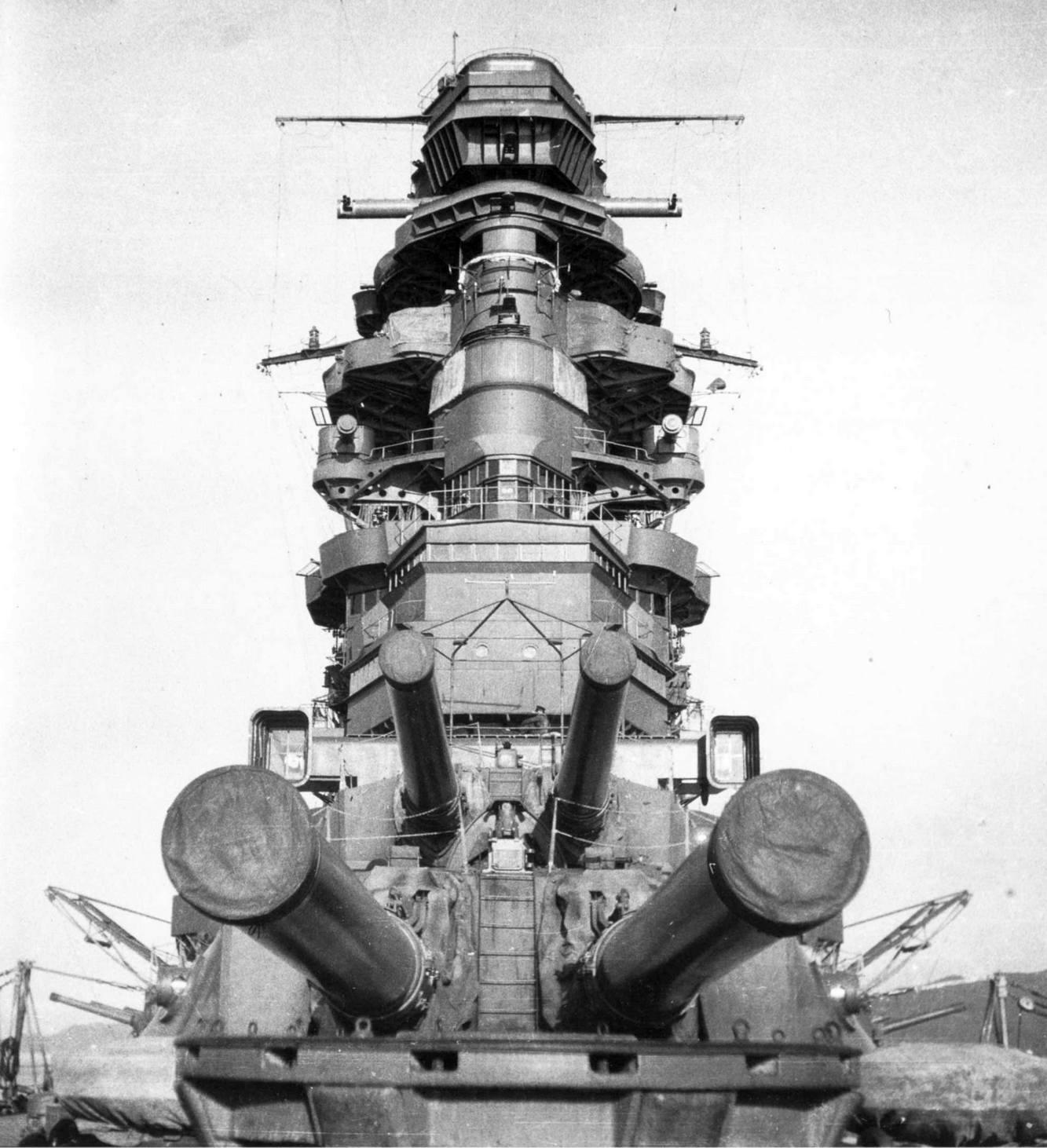 A Nagato parancsnoki tornya, és elülső lövegtornyai.