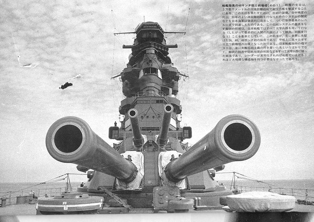 A Mutsu elülső lövegtornyai.